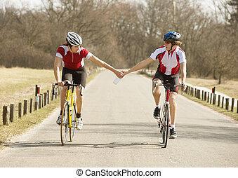 ciclista, passagem, garrafa água, para, outro, atleta