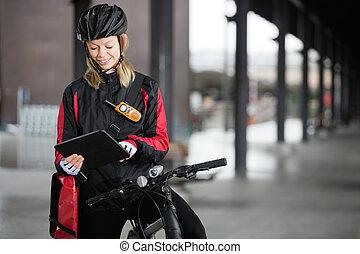 ciclista, tableta, mensajero, bolsa, hembra, digital, utilizar