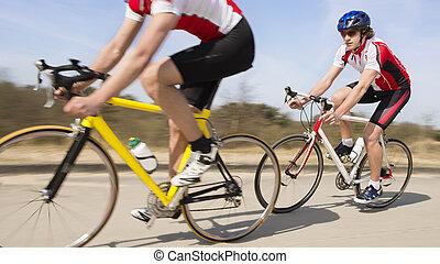ciclistas, equitación, en, camino de país