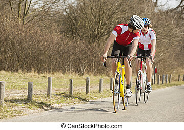 ciclistas, montando, ligado, estrada rural