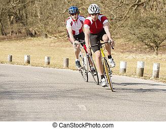 ciclistas, montando, ligado, um, estrada rural