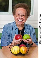 cidadão sênior, com, fruta, para, vitaminas