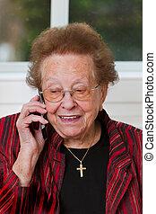 cidadão sênior, com, um, telefonema móvel, chumbos