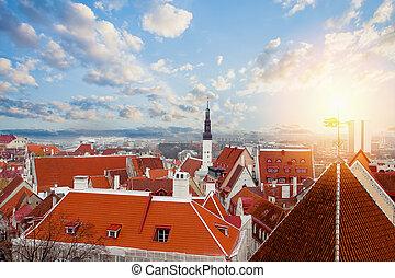 cidade, antigas, estonia., telhados, céu, contra, tallinn, fundo, nuvens, vermelho