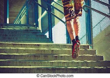 cidade, ao ar livre, cima, jovem, executando, escadas, homem