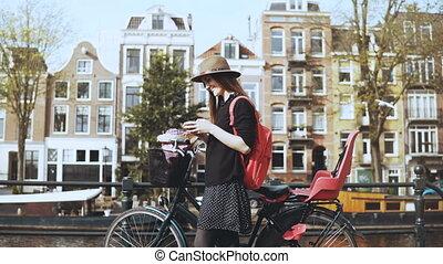 cidade, arte, pitoresco, na moda, senhora, 30s, trabalhador, criativo, bicicleta, 4k, bonito, antigas, mensagem, bridge., tipos