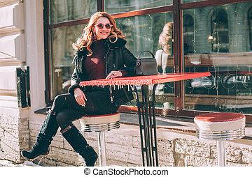 cidade, assento mulher, alegre, rua, café, outdoors., modelo moda, europeu