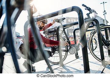 cidade, bicicleta, elétrico, comutador, work., quando, ir, hipster, estacionamento, homem negócios