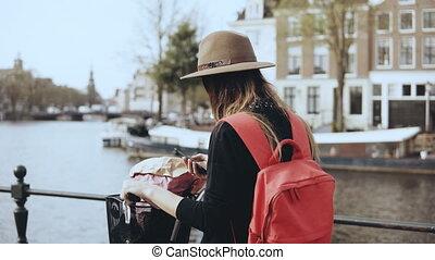 cidade, cute, bicicleta, leva, architecture., jovem, fotografias, espantoso, 4k, femininas, journalist., senhora velha, caucasiano, smartphone.