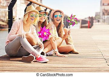 cidade, grupo, divertimento, amigos menina, tendo