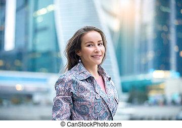 cidade, mulher, jovem, rua, retrato, sorrindo