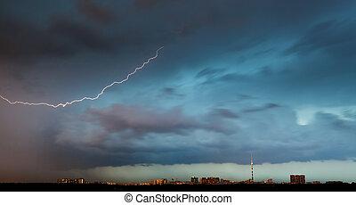 cidade, nuvens, sobre, parafuso relâmpago, tempestade