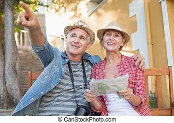 cidade, par, banco, olhar, mapa turista, feliz