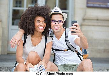 cidade, par, smartphone, sorrindo