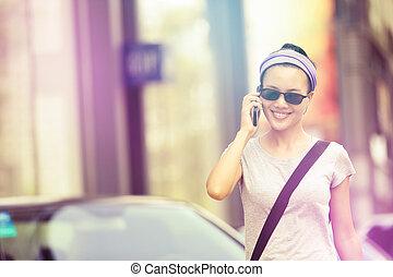 cidade, uso, smartphone, mulher jovem, asiático