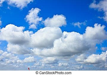 ciel bleu, fond, à, nuages blancs