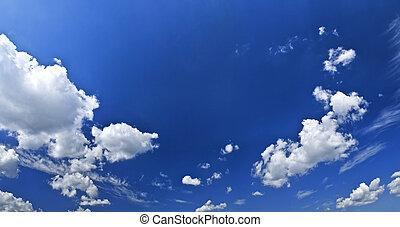 ciel bleu, nuages blancs, panoramique