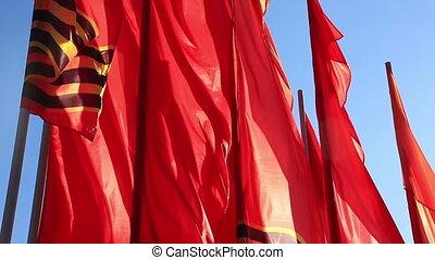 ciel, contre, drapeaux, rouges, flottement, vent