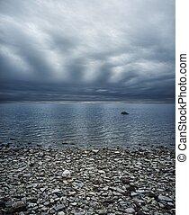 ciel déprimé, sur, plage rocheuse