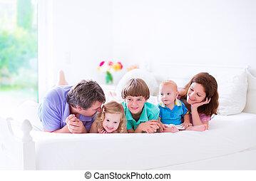 cielna, łóżko, rodzina, szczęśliwy