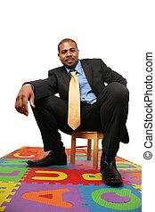 cielna, biznesmen, posiedzenie, na, mały, krzesło