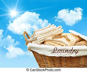 cielo azul, cesta ropa sucia, contra