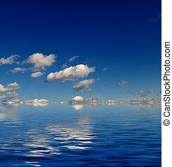 cielo azul, con, reflexión de agua