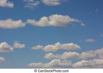 cielo blu, con, gonfio, nubi bianche, in, luminoso, chiaro, giorno pieno sole