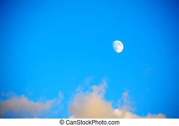 cielo blu, nubi, luna