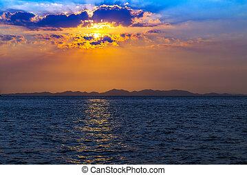 cielo, con, se nubla en la puesta de sol, montañas, vista marina