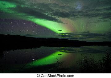 cielo de la noche, estrellas, nubes, aurora boreal, reflejado