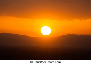 cielo de puesta de sol, con, sol, y, nubes