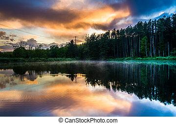 cielo de puesta de sol, reflejar, en, un, charca, en, intervalo de agua de delaware, nacional, r