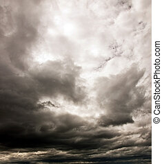 cielo nuvoloso scuro