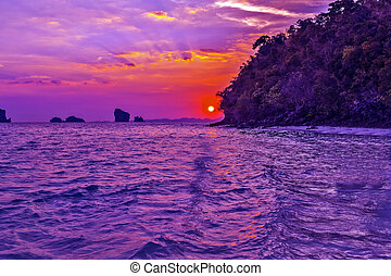 cielo rosa, con, se nubla en la puesta de sol, vista marina