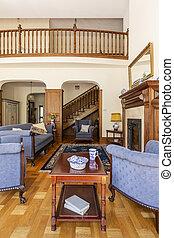 ciemny, drewniany stół, między, błękitny, fotele, w, luksus, życie pokój, wewnętrzny, z, sofa., prawdziwy, fotografia