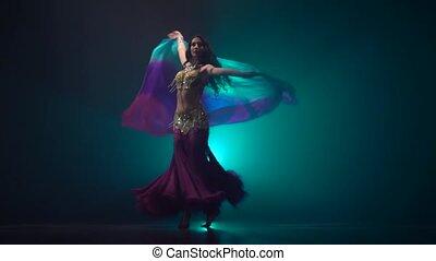 ciemny, kobieta taniec, taniec, ruch, tło., powolny, brzuch, dym, studio.