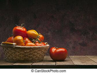 ciemny, kosz, tło, czerwone pomidory