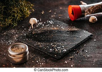 ciemny, mistrz kucharski, szponder, przygotowanie, przygotowując, świeży, marmur, przyprawa, pieprz, płyta, salt., mięso, stek
