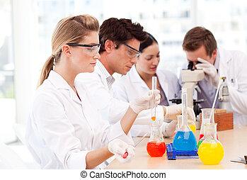 ciencia, estudiantes, en, un, laboratorio