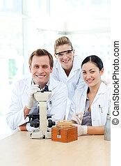 ciencia, estudiantes, trabajando, en, un, laboratorio