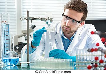 científico, trabajando