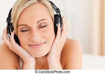 cierre, auriculares, mujer, arriba, llevando, encantado