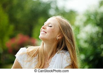 cieszący się, blondynka, kobieta, długo-haired
