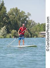 cieszący się, jazda, paddleboard, jezioro, człowiek