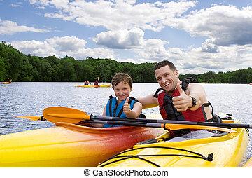 cieszący się, kayaking, ojciec, syn