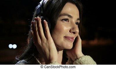 cieszący się, kobieta, muzyka, romantyk, earphones