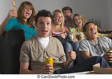 cieszący się, nastolatki, razem, pije