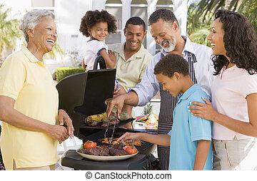 cieszący się, rodzina, barbeque