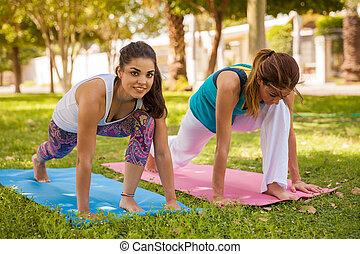 cieszący się, yoga, outdoors